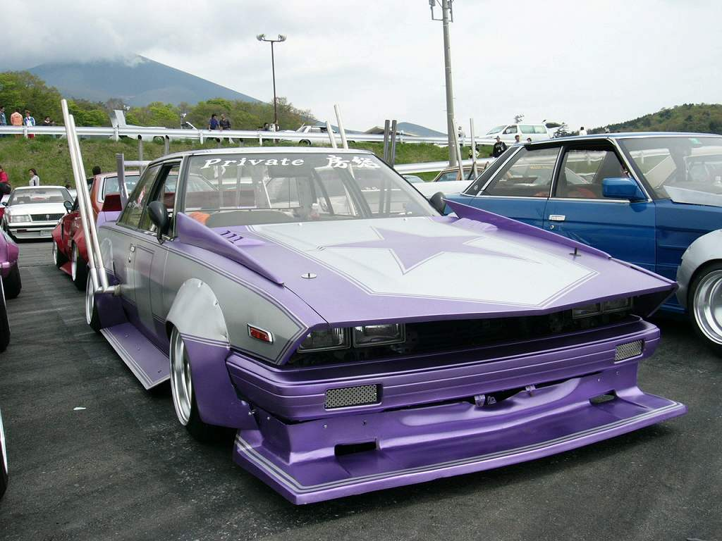 Side exhaust sticking out of this Toyota Mark II GX71