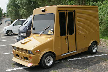 Sharknosed Daihatsu Mira delivery truck